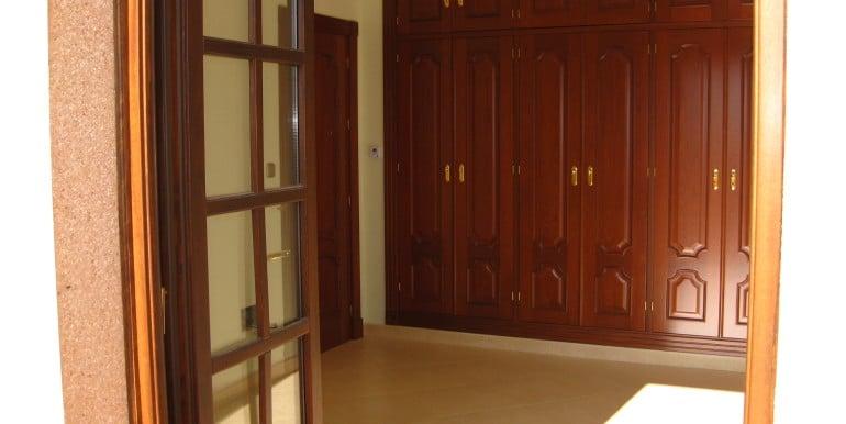 dormitorio 4º con terraza y puertas de armarios casa A