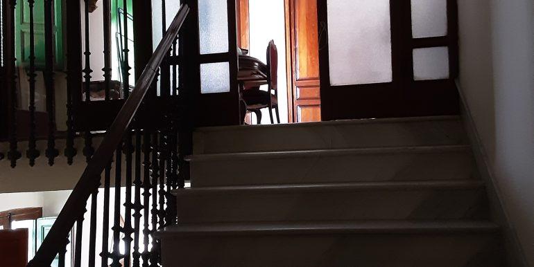 23.- escalera principal acceso a distribuidor